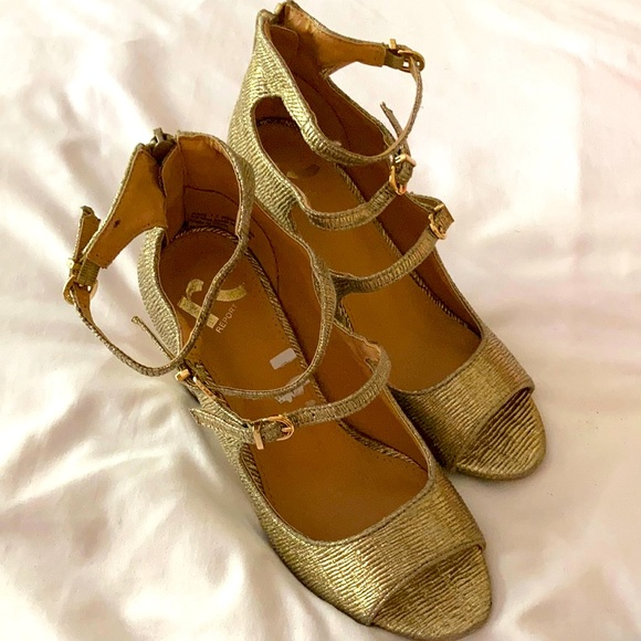 NWT REPORT Go strap sandals never worn